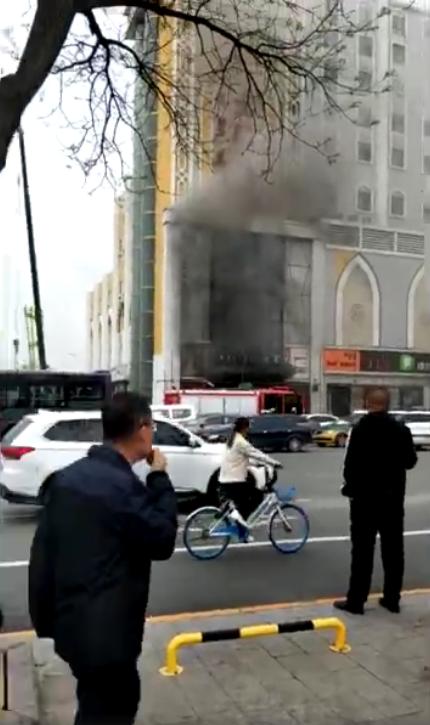 呼和浩特市一家宾馆突发火灾