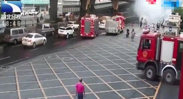 消防火车正在进行灭火