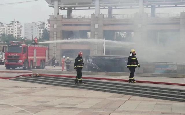 消防员正在进行灭火救援