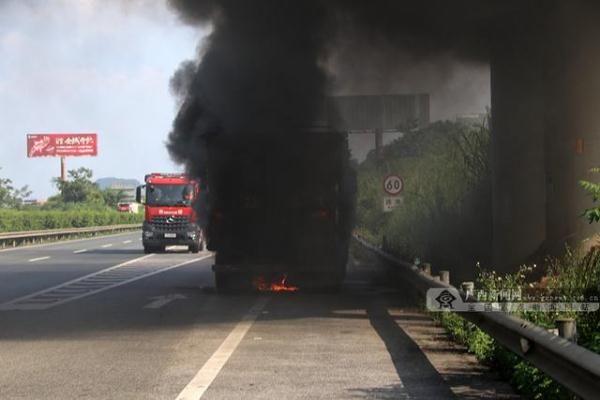 高速路上大货车轮胎起火2