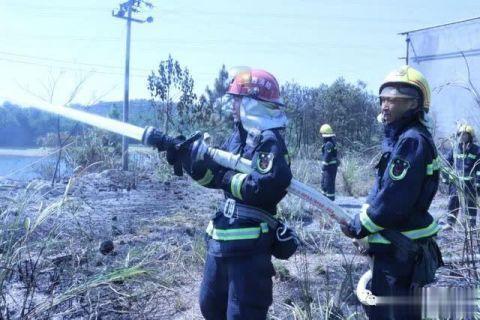 消防人员正扑灭火灾