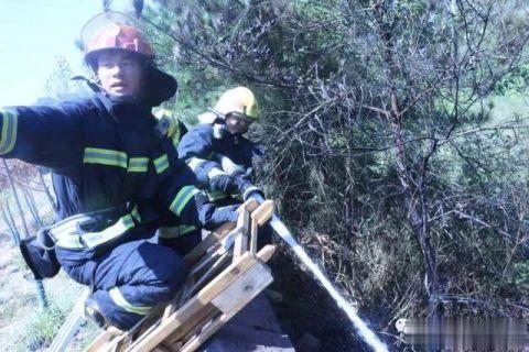 消防人员正扑灭火灾1