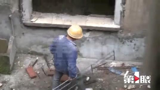 工人正在用电焊拆解防盗网