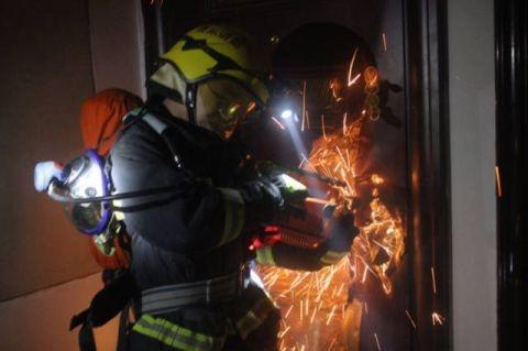 消防员正在破门灭火