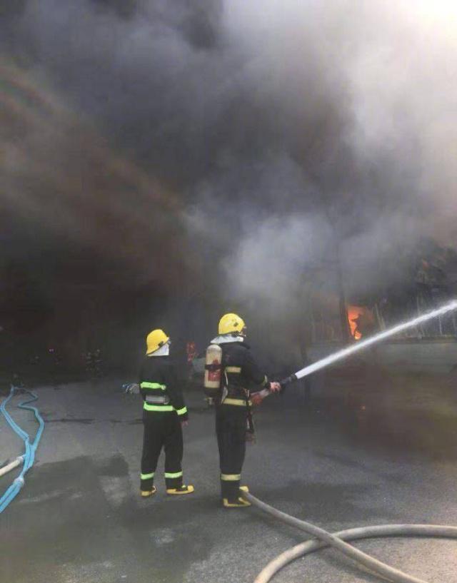 余杭区新颜路26号的一处工厂厂房突然发生火灾